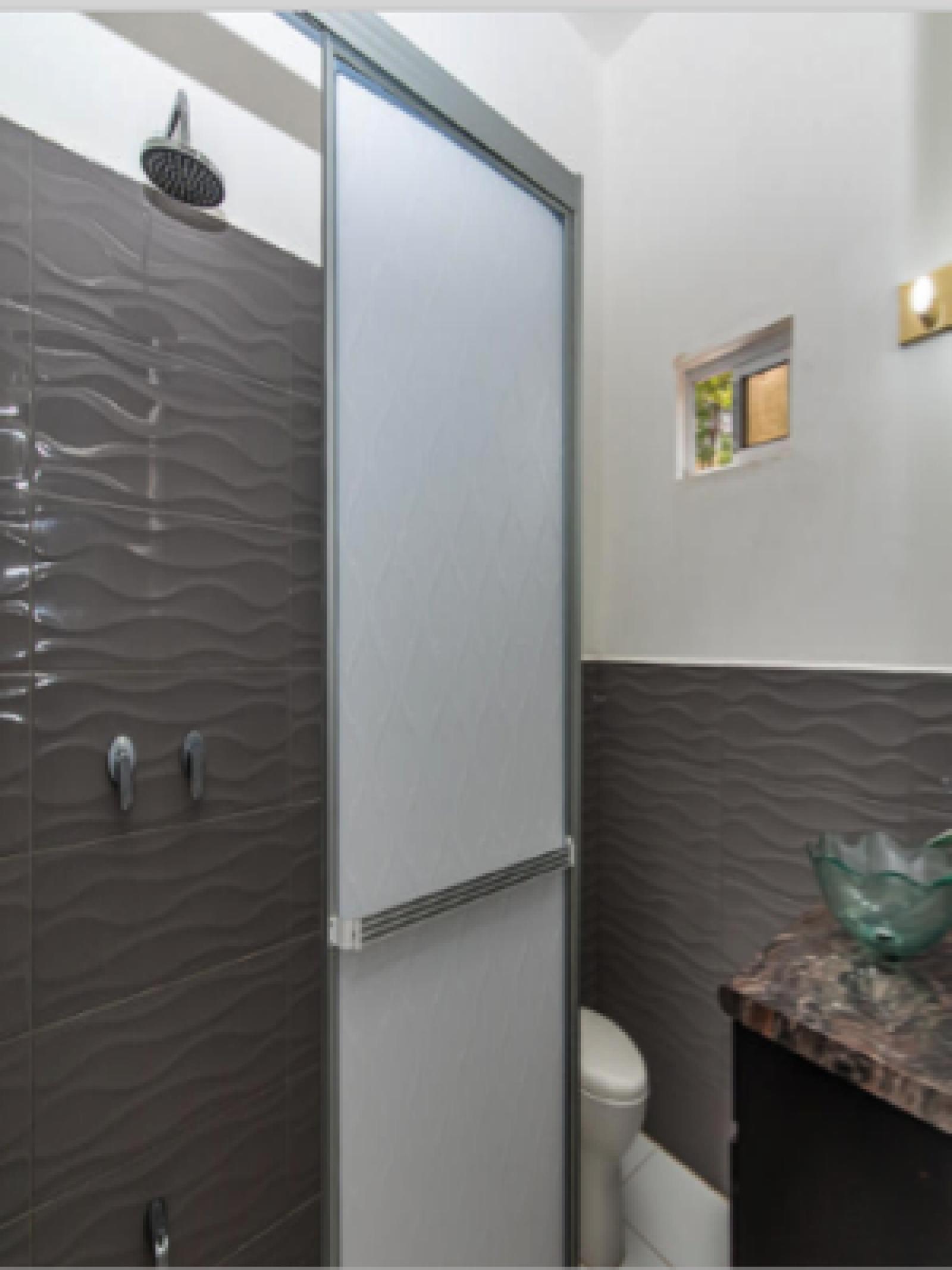 En-suite bathroom for West Bedrooom